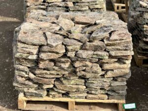 pennsylvania-weathered-fieldstone-1-3-garden-wall-construction-landscape-hardscape-greenstone-natural-stone-wholesaler